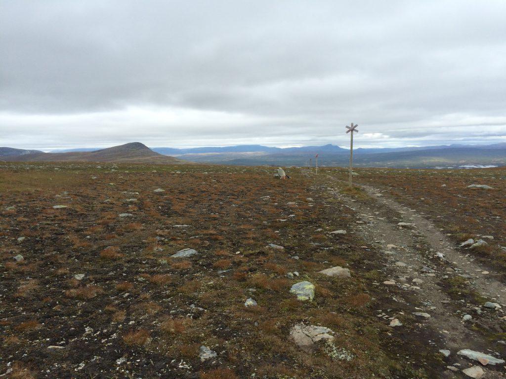 サーミのひとたちがトナカイの無事を祈って生贄を捧げた丘がみえる。立ち並んでいるXじるしは積雪期のルートを示す道標。(必ずしも夏ルートとは一致しない)