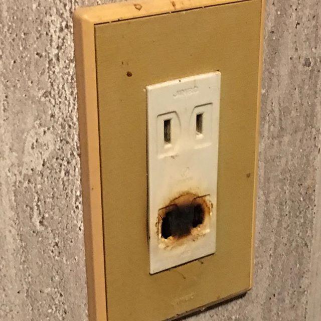 友達から貰ったデロンギのヒーターを使っていたら、コンセントが焦げた。電気喰いなので常用してないし、地下室で作業する時に通電するだけなのでつけっぱなしで目を離す事はないんだけど、やっぱ怖いなぁ。原因はヒーターではなく、老朽化したコンセントの接触不良。おそらくプラグのブレードを挟み込む金具が長年の使用で緩くなっていたのだろう。早速新しい部品と取り替えることにした。しかし開けてびっくり玉手箱!! 内部の結線が間違ってる。接地側は白線なのに白黒入れ替わってた。これ自体は語源とは関係ないし電気器具の使用自体に問題は無いけど、コンセントの長い方の穴に極性のあるプラグを差し込んだ場合、最悪感電の恐れがある。交換修理の後、家中のコンセントが信じられなくなったので、いくつか開けてみたが外は大丈夫だった。ただ、築後数十年を経ているから、いつまた同じようなことが起きるかわからない。オイルヒーターのような大容量家電を使う場所は他にないけど、逐次交換していかないと。 (from Instagram)