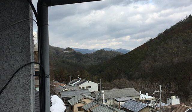 京都盆地北西辺境の家からも比良山系の雪化粧が微かに見える。 (from Instagram)