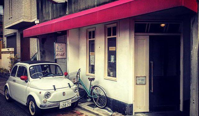La mia Fiat Cinquecento davanti alla facciata di un caffé. (from Instagram)