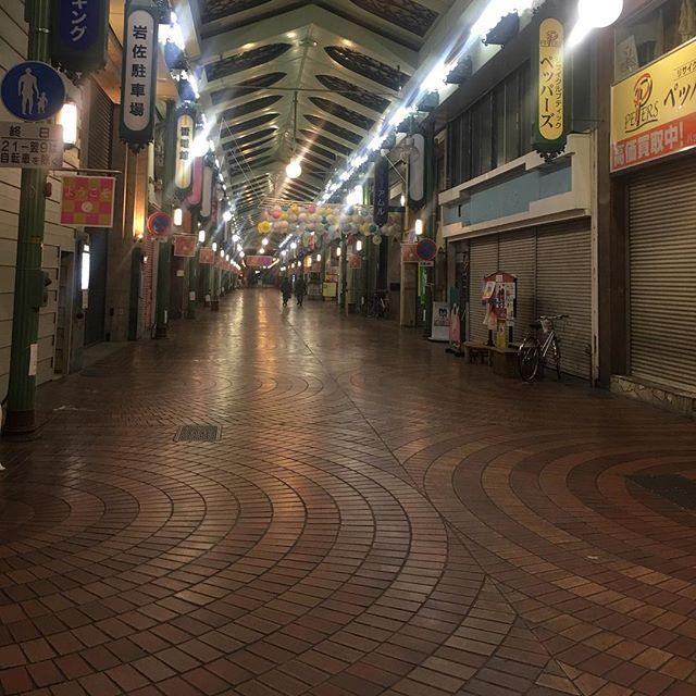 岡山市表町アーケード、午後8時半。夕方通った時は結構な人出で賑わってたのに、コンサート終わって出てきたら。。。晩御飯食べるとこどこも開いてない。 (from Instagram)