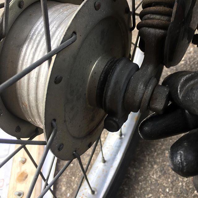 Ciaoのフロントフォークピボットにガタが出て、前輪を有すると左右に振れる。前ブレーキをかけたら何となく不安定になり、強い横風を受けた時も気持ちの悪い揺れ方をする。原因はわかっているので、スプリング周りを分解して部品を取り替えた。ピポット軸のスペーサーがが錆びていて、体がすり減りガタガタだった。水のかかるところだしからもプラスチックだし、新品の状態でも若干のガタがある(公差もヘッタクレみないくらいだ)。こんなんでいいのかなと思いつつ作業。復旧するときにスプリングを押し込んで軸になるボルトを差し込むのが一苦労。マニュアルやネット情報ではドライバーか何かを差し込みテコの要領でこじろと書いてあるが、なかなかうまくいかない。車輪をフロントフォークにつけた状態で、スプリングにFクランプをかませてなんとか押し込んだ。回転摺動部にはモリブデングリスを薄く塗っておいた。さあこれで、気持ち良く乗れるぞ〜!^_^追記: 前輪を外す時、アクスルのナット1個が指で回る位緩んでいた。あぶねえあぶね!日向とも緩んでいたら、跳ねた拍子に前輪が外れるところだった。。。(怖っ!) (from Instagram)