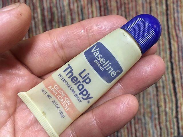 先日、テレビで花粉症による鼻炎を防ぐには鼻腔にワセリンを入れると良いと言っていた。これで効くなら安上がり。早速、洗面所の棚から30年前にアメリカで買ってまだ使い切ってないチューブ入りVaselineを引っ張り出して使ってみた。咳には効かないが、鼻にはいい感じ。 (from Instagram)
