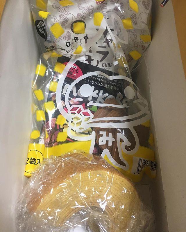 バウムクーヘン入手。即、丸かじり!一緒にもらったお煎餅や袋菓子も爆食中。んめ! (from Instagram)