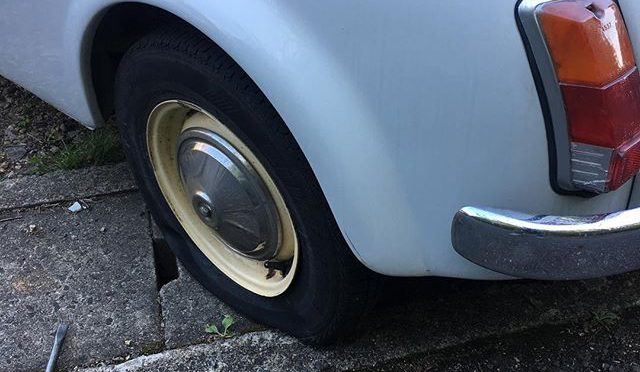 Fiat500のパンク、ただのパンクじゃなかった!ホイールが割れている!冬タイヤ用に買った中古ホイールに少し太めのタイヤが付いてきたので、スタッドレス履かずにそのまま乗っていたらこのありさま。昨日花背の峠道でバーストしなくて良かった。 (from Instagram)