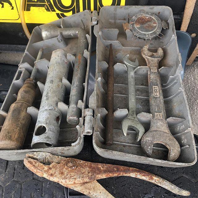 廃車から貰ったFiat 500の車載工具。オンボロチンクを路上で修理するにはあまり役に立ちそうになさそげだけど、きょうびのクルマも貧相な工具しか付いて来ないしなあ。。。 プライヤーはオリジナルじゃなさそ。三日月レンチ小と点火プラグ用隙間ゲージも僕が足したもの。別にぎっしり詰まった工具箱を積んでるから、純正はお守り見たいなものだけどね。 (from Instagram)