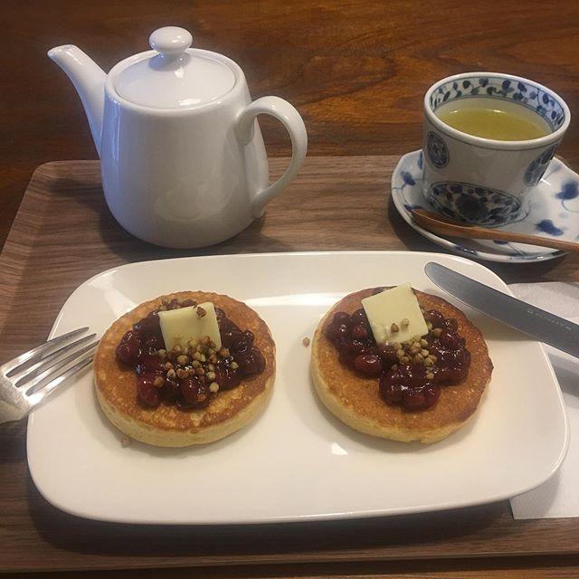 プレオープン中の「つながりカフェsobanomi」に行った。前にも改装前に行ったことあるけど、明るい柿渋オイルフィニッシュのカウンターになって雰囲気が軽くなった感じ。そば茶とそば粉のパンケーキ、美味し!(アンコとバターとそばの実のトッピングの味とテクスチャのコントラストも佳い!) ごろ寝スペースもあって、茶店でダラダラマッタリしたい友人が近々上洛するので連れて行こう。 (from Instagram)