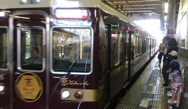 京都シネマで昨日までで見逃した映画「主戦場」を見ようと十三のシアターセブンに向かう途中、桂で乗り換えの特急を待っていたら、なんか変なのが来た。ほお、これが噂の特別仕様列車「雅洛」ね。タダで乗れる割りに阪急らしいお金掛けた内装の設えだけど、いかんせん座席数が少ない。おかげで座れんがな! (from Instagram)