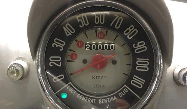 信じてもらえないだろうけど、ガソリンスタンドで給油後にオドメーターの数字に気が付いた。チンクにはリセットできるトリップカウンターが無いので、記録のためにずっとメーターの写真を撮っている。燃料計も無いので残り5リッターで点灯する警告灯が気になってスタンドに入ったらとってもキリの良い距離だったと。初回登録から半世紀以上経ってる車の走行距離が20000kmってありえない。何時かの時点でメーターを取り換えたかオドメーターを巻き戻してるはず。6年ほど前にウチに来て時は約10000㎞だったから、もうその倍走ったことになる。ここ2年前からはこのクルマ1台体制だから年間走行距離は2000㎞を超えている。僕自身が運転免許を返すまで果たしてあと何年あるか知らんけど、その時このチンクのオドメーターは何kmを示しているだろうなぁ。。。 いや、僕より先にチンクが根を上げるかな。。。 (from Instagram)