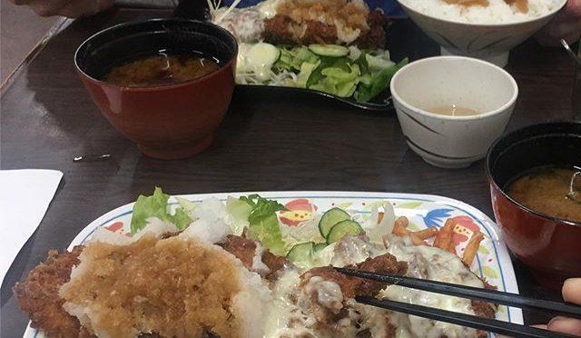 昨夜の夕食、立命のオフキャン学食ハイライト衣笠店で二色ジャンボチキンカツ定食。トイメンは二色カツ定食。これでも足りないので、多分ビョーキ。 (from Instagram)