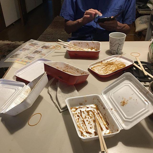 ツワモノどもの夢のあと、、、 今夜東京に帰る友人が最後の晩餐は妙心寺北門のジャンボのジャンボお好み焼きとジャンボ焼きそばを、と思っていたら、、、予想外の第四日曜日お休み。二人とも愕然のち悄然、、、 気を取り直し、堀川にあるすずやの巨大たこ焼きとイカ焼き、しぐれ焼きのセットで腹を満たした。 (醒ヶ井五条の大とらにも電話してみたが出ない。ばあちゃん元気かっ?) (from Instagram)