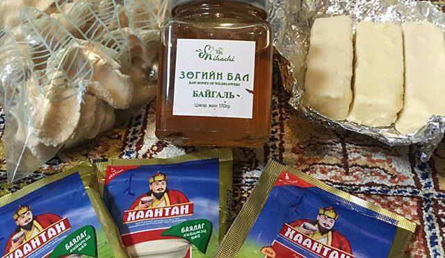 モンゴル土産の乾燥チーズ(多分アーロール)、柔らかい半生チーズ(多分ビャスラグ)、蜂蜜それにスーテイツァイ(ミルクティー」。 これはたまらん!すぐに湯を沸かしてインスタントのスーテイツァイを作り、アーロールを器に山盛りして、蜂蜜をかけて食べた。ウ〜ン、モンゴル〜!^_^頂いたインスタント・スーテイツァイのパッケージに「ハーンタイ」って書いてある。これはハーン(ジンギスカンのカンと同じで汗王のこと)が一緒とかハーンと共にのような意味だが、、、 スーテイツァイがスー(ミルク)入り茶で、タイ、テイ、トイは「入り」とも言える。モンゴル人は日本人が「ジンギスカンを食べる」と言うとあまり良い感じがしないのだそうだ。それはそうで、日本に置き換えてみれば「豊臣秀吉を食べる」と言ってるようなもの。だったら「ハーン入りの茶」だってキモくないかい? (from Instagram)