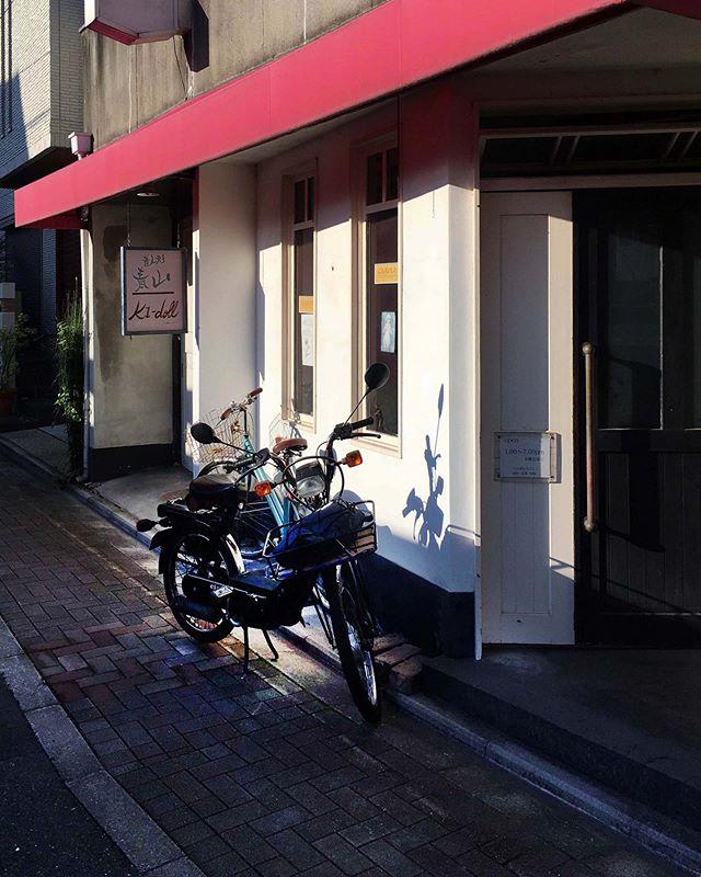 昔人形青山 K1 dollカフェ。以前、チンクの写真も撮ったけど、夕日のCiaoも似合う場所だな。。。 (from Instagram)