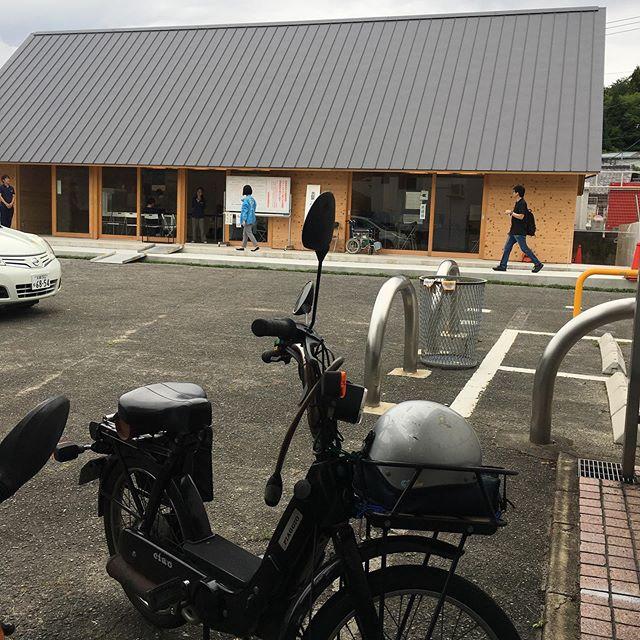 京都市北区大北山原谷の地区で作った自前の集会所で投票してきた。ここは公共の場所だから車イス用のスロープは当然設備されている。が、入り口からわけのわからん段差があるため、本来不必要な遠回りを強制するスロープになってる。デザイナーはアホだ。こんなの引き渡されて文句も言わなかった役員もどうかしてるし、今度、組みか町内の集まりで問うてみよう。 (from Instagram)
