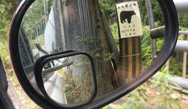 ここの「熊出没注意」の熊の絵はツキノワグマらしいシルエット。それだけに情報としては生々しい。 (from Instagram)