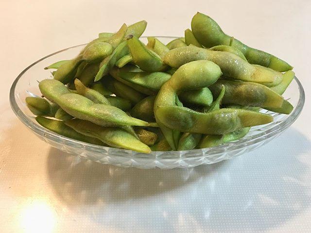 自家栽培の黒大豆の枝豆をもらった。うんめ〜! 比べたら失礼だけど、ビアホールや安居酒屋のしょっぱい枝豆と違い塩味はほとんど感じないから、ひょっとして塩なしで茹でたかと思うほど。多分、舌にキツく来ない良い天然塩を控えめに使ったんじゃないかな。お豆さんの味が濃いからこれがとても良い。食べ始めたら止まらん!あっという間になくなったけど、味わっていただきましたよ〜、マサキさん、ご馳走さまあ〜!m(_ _)m (from Instagram)