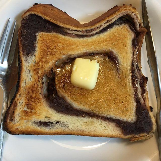 アンにはバターと決まってる。そこにハチミツぶっかけてジュクジュクに。どや、文句あっか?WWWああ、ホイップクリームがあったら無敵やったのになあ、、、 (from Instagram)