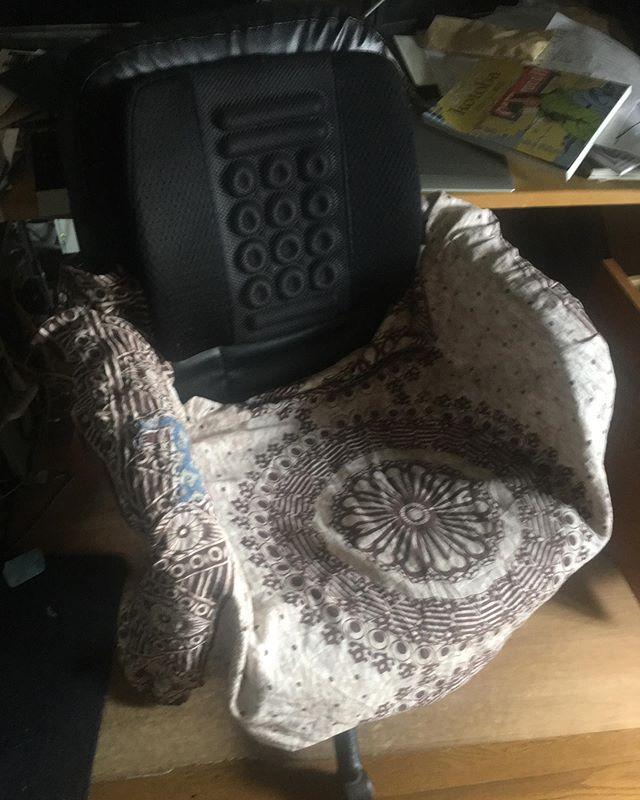 蒸し暑いので、誰も来ないのをいいことに家の中ではパンツ一丁でウロウロしている。しかしパソコン用に使ってる安物の椅子はビニールレザーが汗ばんだ太ももの下でベタベタして気持ち悪い。そんで、手近にあった西ベンガルのルンギを敷いたんだけど、すぐグチャグチャにずれてしまう。布のへりを座面と背もたれの間に押し込んだり、肘掛けに巻きつけたり、いろいろやったがダメ。何の事は無い、ルンギを着れば(穿けば?)いいのだった!(笑) 道具は目的・用法のとおり正しく使いましょう。 (from Instagram)