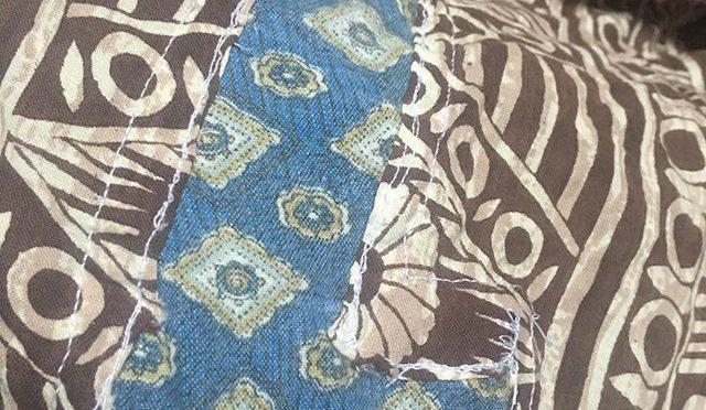 このルンギは、1989年だから今からちょうど30年前、インドの北部国境地帯を訪れたときに、村の店で布を買い、手回しミシンひとつで仕事をしている仕立て屋のじいさんに縫ってもらったものだ。以来、夏の暑い時期の普段着として使うのはもちろん、長期の旅行には国内外を問わず持って歩いている。ルンギとしてはもちろん、シーツや座布団になったり、寒い時はマフラー、ターバンやテロリストの覆面みたいな使い方もできる。長年の酷使で布が擦り切れてあちこちボロくなってるから、同じく擦り切れた古パンツの布で継ぎ当てをする。安物のパンツは色が合わないけどヤレ具合がちょうどいいのだ。 (from Instagram)