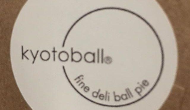 近日リニューアル開店予定の「Kyotoball」のキックオフパーティーをにお呼ばれ。以前の多伽羅、focalpointから引き続きのお付き合いで、またこれからも縁の下のお手伝いをすることに。しかし、パーティーは苦手。大勢の知らない人の中に立つと、もうたまらず逃げ出したくなる。オーナー一家はもちろん、招待客の皆さんもいい方ばかりだし、パーティーのオードブルはおいしいし、何も悪い事は無いのだけど、、、 人混みの奥にオーナーと共通の友人夫婦を見つけ、ほっとした。彼らがいてくれなかったら僕は逃げ出していたと思う。今やっと落ち着いて、帰りにいただいたお土産のミニKyotoballとチョコレートを食べながらラグビーワールドカップを見る。 (from Instagram)