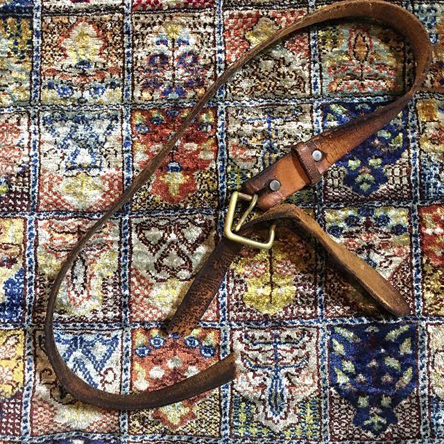 用事で出かけようとバイクにまたがった途端に夕立。慌てて家の中に避難したが、その時、1990年のチベット旅行以来、いや80年代の前半にアメリカに移り住む前から使い続けていた革の電工ベルトが切れた。。。 工具袋をぶら下げるバンドだから緩めに作られているが、トルコからアジア大陸を陸路東進してチベットのラサに至ったときには痩せてベルト孔が足りなくなり3つほど開けた。結局最長のところから7番目まで行った。ベルトに刻まれた跡を見ると2番目のところを対応していた。体重はチベットの頃から15kgオーバー。昭和の時代から平成を通して使い続けたものが終わった。自分の体も昭和生まれだからいつ壊れるか… (from Instagram)