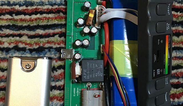 ジャンプスターターバッテリーのいかれた電解コンデンサーを総取り替えしたが、12ボルト出力は回復しない。ライトとUSB 5ボルトは使えるようになった。結局緊急用のレスキューバッテリーとしてはダメだ。おそらく以前のジャンプスタートの時、僕がどこかでヘマをやって安全回路が働いてしまったのだろう。ヒューズか何かあるかと思ったけど見当たらない。どこかで抵抗を飛ばしてしまっているのかもしれない。基盤のランドにくっついているゴマ粒みたいな抵抗いっこずつはずしてテスター当てるのはあまり現実的では無いので、今回はここまで。基盤に2012年8月製造とプリントされているこのバッテリーユニットの容量は4500Ah。2年ほど前に買ったモバイルバッテリー(左側の銀色の箱)はその倍以上の10,000Ah。ボルト数が違うのでそれを宦官するとほぼ同じ容量になる。使用目的が違うにしてもほんの5年ほどでこんなにも技術が進歩していたんだ。ともあれ、古いバッテリーは巨大な懐中(に入れるにはちとデカイ)電灯兼モバイル(するにはやはりデカすぎる)バッテリーとして余生を過ごすことになった。 (from Instagram)