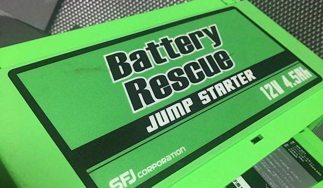 非常用のジャンプスターターバッテリーが働かなくなった。つまり12ボルトの出力がなくなってしまった。買ってからかれこれ6 〜7年経つだろうか。以前のAZワゴンでもFiat500でも、車が車だけに都合3回ほど使ったが、充電は半年に1度ずつぐらいやってきたのでせいぜい10数回と言うところか。最大充電回数500回となっているのでまだまだ使えるはず。ただ、最近はリチウムイオン電池の値段がぐんと下がり、性能は逆にうんと上がっているので、この手のレスキューバッテリーは安くて大容量、且つ小型の製品が多く出ていから、買い換えることにした。Amazonでタイムセール6割引+ 1000円のクーポン付きというのがあり、容量が壊れたやつ(4500Ah)の3倍近い12000Ah、ピーク電流は800あもあるから、2000ccのディーゼルでも回せると言う。これならチンクの小さいエンジンには十分お釣りが来る。ところで、お役御免になったジャンプスターターバッテリーはあらかた中身のリチウムイオン電池がおシャカになったのだろうと踏んでいたが、ばらして電極の電圧を直で測ってみたら12ボルト出ている。あと怪しいところと言えば電解コンデンサーだ。以前、パソコンのグラフィックボードや液晶モニターの故障も腐った電解コンデンサーが原因だった。微小な抵抗と違ってでかい電解コンデンサーはハンダを溶かしてランドから外すのも楽ちん、取り替えて新しいのを基板にハンダ付けするのも簡単。だったら修理できるかも、、、 見たところ膨れたり、液漏れしたりはしてない。テスターを当てて導通調べてみると、2コほど通電してしまうのがあった。コンデンサーが並列に付いていると容量は正確に測れないが、導通してしまうのは怪しい。近々寺町の電気屋に行ってもうちょっと良いのを買ってきてこれら6つの電解コンデンサーを総取り替えしてやろう。電解コンデンサーはいっこ何十円の世界。何千円もする新しいのポチるの早まっちゃったかな。(笑) (from Instagram)