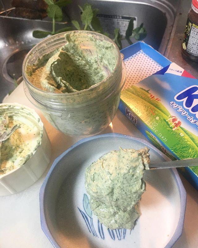 先日、オハギにKiriとミントを合わせたら美味かった。その前にはオハギとKiriをやってるから、今度はKiriとミントの組み合わせでやってみた。ただKiriにミントを添えるだけじゃ芸がないし、そのままモチャモチャ食っても面白くないので、何か台になるモノに乗せれるようにブレンダーでディップにしてやった。いい香り! (from Instagram)