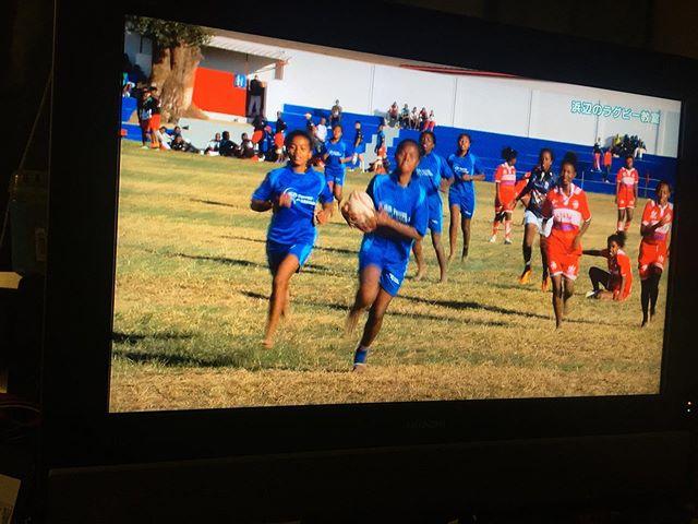 BS1でやっている「浜辺のラグビー教室」いいなぁ。マダガスカルの貧しい漁村の女の子たちが浜辺でラグビーをおぼえて、首都の大会で優勝する。この1ヵ月間は頭の中がワールドカップでいっぱいだけど、試合でも裸足で走り回る子供たちの姿を見ていると、世界トップクラスのチームが相まみえるワールドカップとは違う感情が湧いてくる。 (from Instagram)