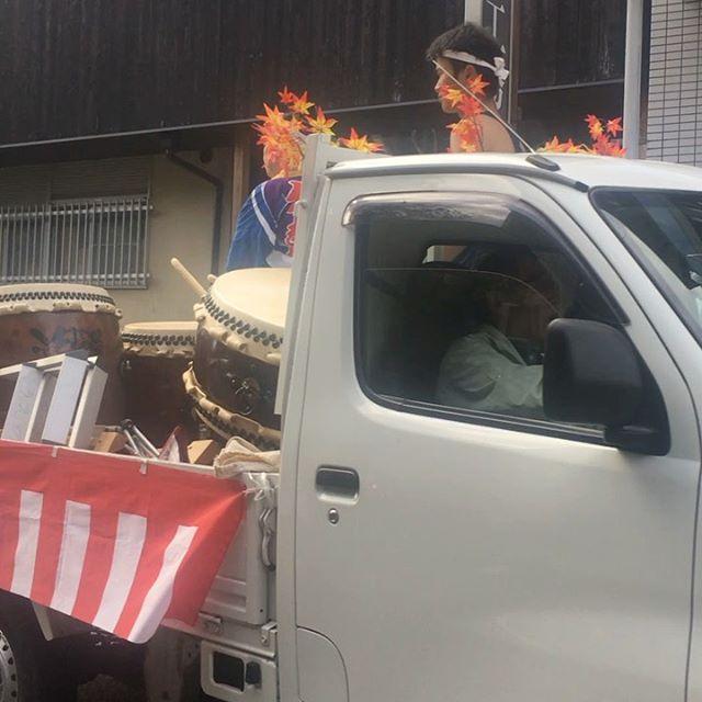 同窓会に遅刻しそうで急いでる時に原谷弁財天の神輿に遭遇。動けませ〜ん。 (from Instagram)