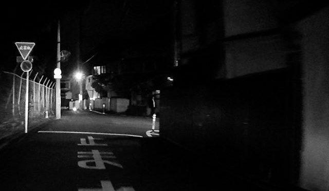 歩行者という動物は予測不能な行動を突如とるので、心して運転しないと。道路の左側を歩いていて、後から僕の車のヘッドライトが照らしているのに気づき、振り向いて確認して、その瞬間に車の前を小走りで横切るって、、、この黒い個体はネコ以下。当たり屋じゃないかと思った。(笑)いや、笑いごっちゃない! (from Instagram)