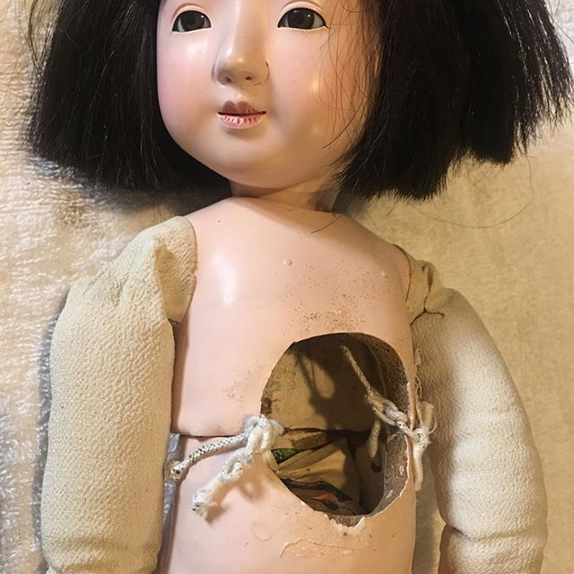 まさかの市松人形や三つ折れ人形など日本人形の修理依頼。急ぎのものじゃなかったけど僕の予定が詰まっていたので午後1時〜午前1時まで晩飯30分以外ぶっ続け。壊れ方の違う4体を一気に直した。ふう、、、 昔、いろんなことがあって人形(市まさんとかじゃなく創作人形だけど)にはちょっとしたトラウマが、、、 いや、思い出したくもない。しかしまあ、、、疲れた。う〜ん、なんか恐い夢見そう、、、(笑) (from Instagram)