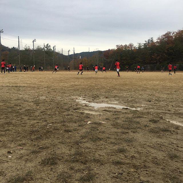 京都精華大学ラグビー部創立50周年記念の対京都芸大戦。グラウンドは雨上がりで泥田んぼ。半世紀前ロックだった僕には砂まみれでサンドペーパーのようになったパンツで両頬が削られる痛みが蘇る。弱小テチームだった清華での現役時代、芝のグラウンドでプレーした記憶が無い。30代になって初めてマディソンのクラブチームでターフピッチに立った時の感動は忘れられない。部の消滅を経て数年前に復活した今のラグビー部の僅か8人の現役たちは試合を組むのにも苦労している中で、青々としたカーペットの様なグラウンドは夢のまた夢なのかもしれない。W杯でラグビー人気が盛り上がったけど、底辺は未だにこんなもの。さて、試合は僕がいた頃と同じように芸大にボコボコにされている。ああ、何にも変わってないなあ。 (from Instagram)