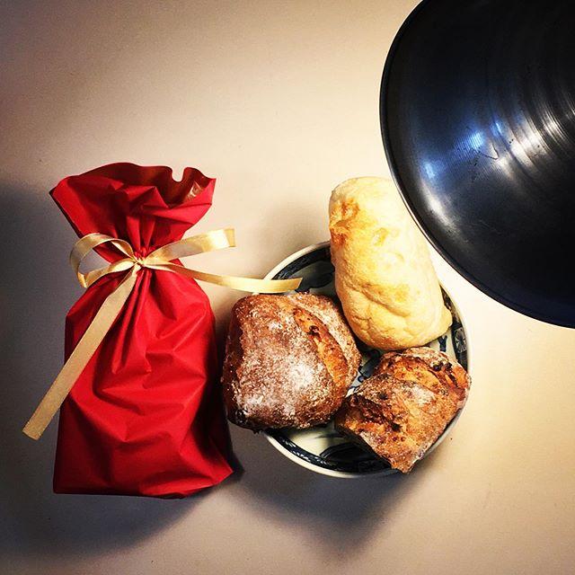 今日の午後、遅い昼飯に食べたカシューナッツとチョコレートのスプレッド、うますぎ〜!あっという間に4分の1ビン食ってまった!Le Petit Mecのパンはまだ半分残っているので、スプレッドは明日の朝には風前の灯となりそ。。。(夜食を食わなければ、と言う前提。食ったら明日までもたないか、、、) (from Instagram)
