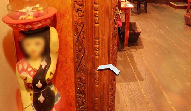 Googleで京都のインドネシア料理のレストランを検索したら、人形のプライバシーに考慮したストリートビューが表示された。 (from Instagram)