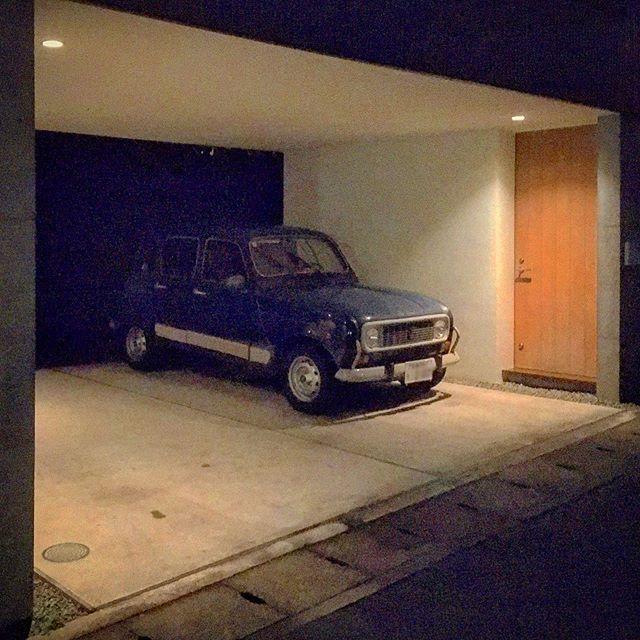 チンクでいつも通る街外れの道にあるオシャレな家のオシャレなクルマ。質素な実用車だったルノー・もフィアット・チンクエチェント同様に今となってはオシャレなデザイン。そういやこのキャトルの横に今のFIAT500が停まってることも。その色がシブいグレーってのもまた良い感じ。 (from Instagram)