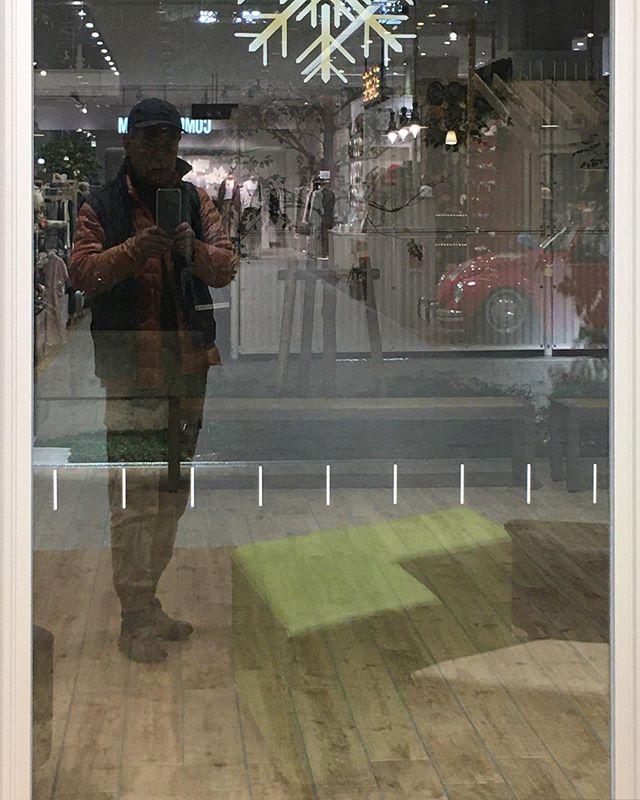 ショッピングセンターのガラスの自分の姿がやけにスレンダーに映ってる。こういうアスペクトレシオみるの、学生のころ以来だな。W (from Instagram)