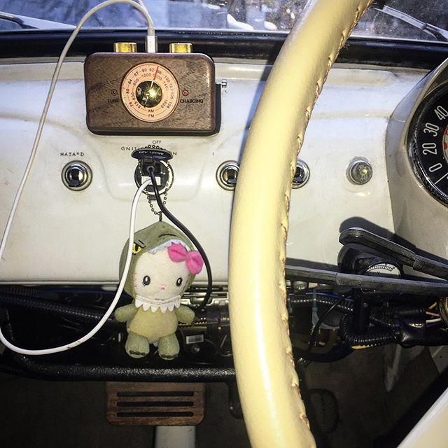 FIAT 500ラジオ取り付け完了。アンテナケーブルは敷設したけどルーフアンテナをどうよう、、、 (from Instagram)